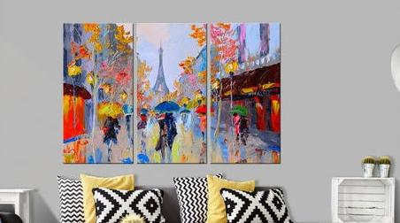ボードや絵を飾って都会的なインテリアに。