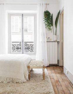 パリ のアパルトマンの白いカーテン